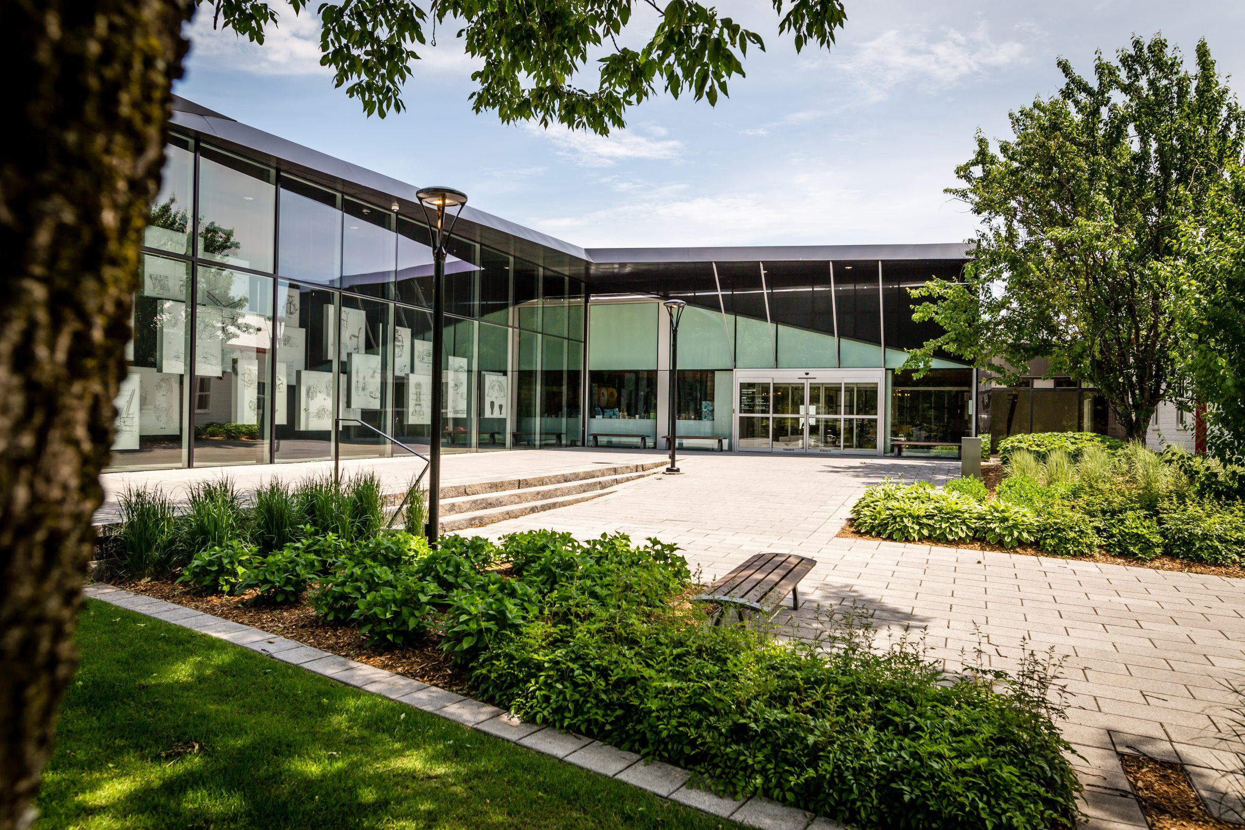 Entrée extérieure du Musée de l'ingéniosité J. Armand Bombardier