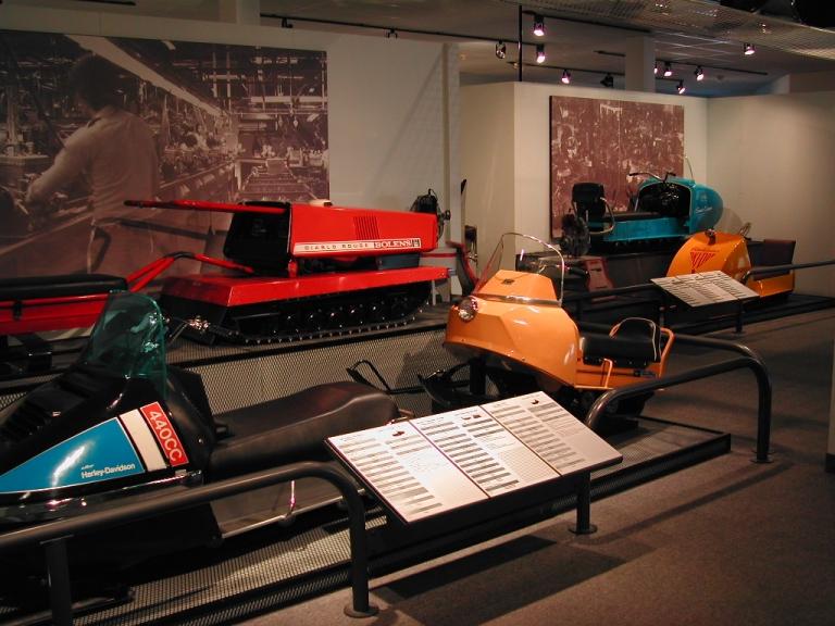 Zone « La belle petite machine », exposition permanente « Exposition Internationale sur la motoneige », 1990.