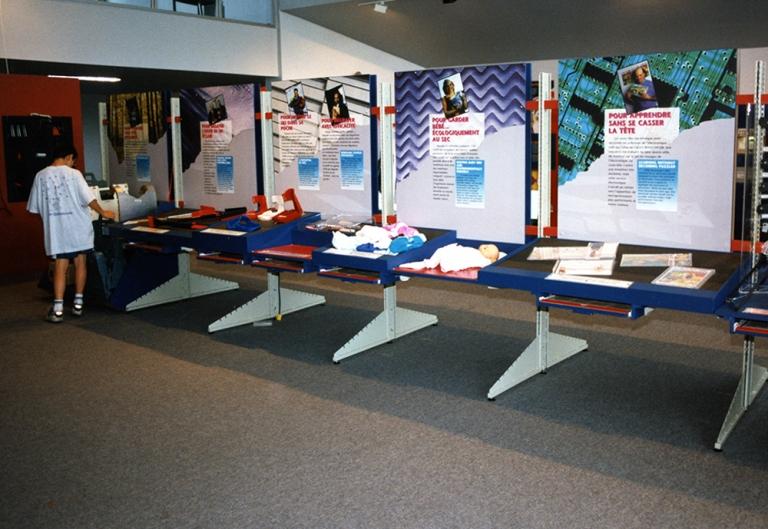 Modules d'exposition présentant des inventions de la vie quotidienne, exposition « Fallait y penser. Le génie créatif : 60e anniversaire du premier brevet de Joseph-Armand Bombardier, 1997 ».